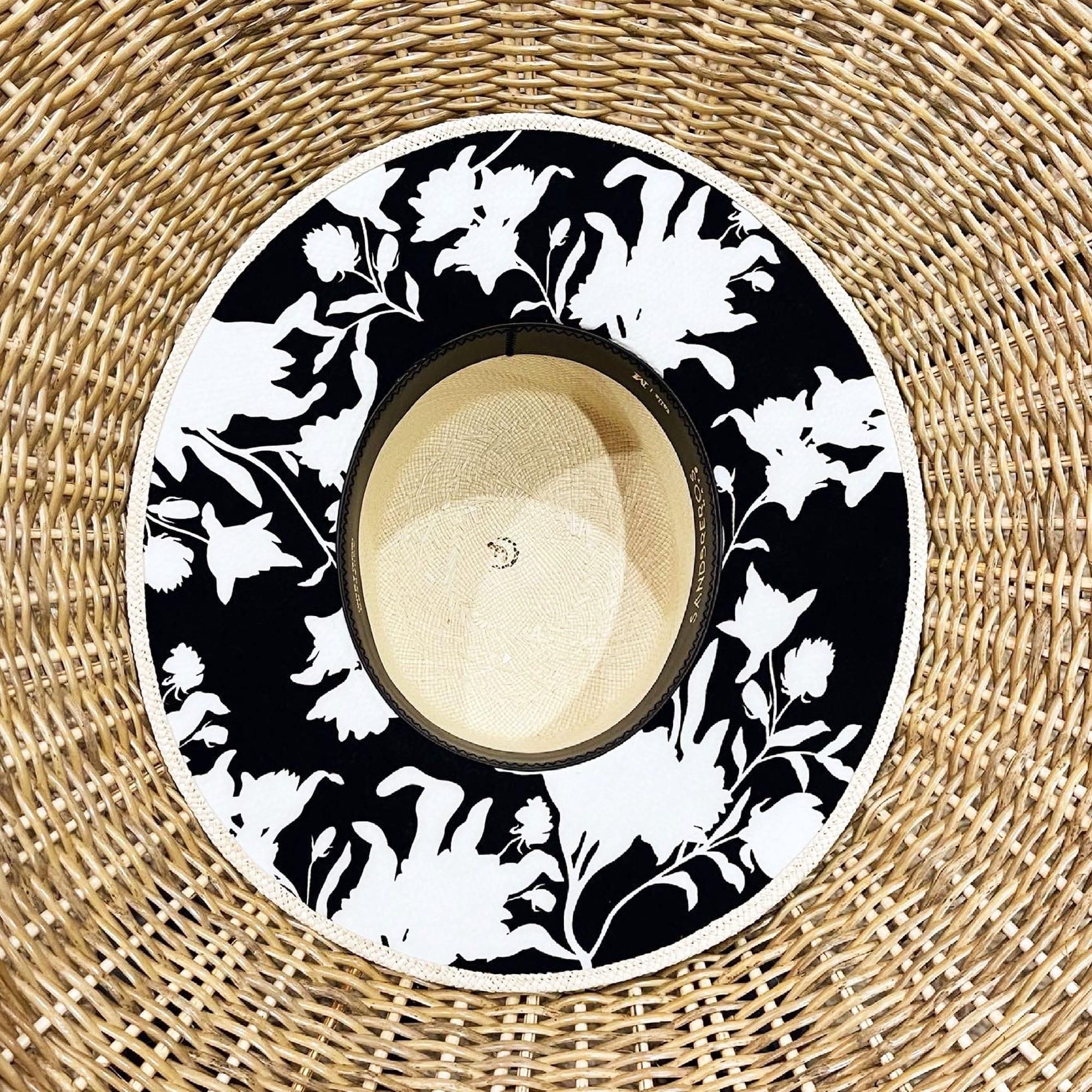 Cordobes clásico con tela en el ala color blanco y negro de paja natural extrafina