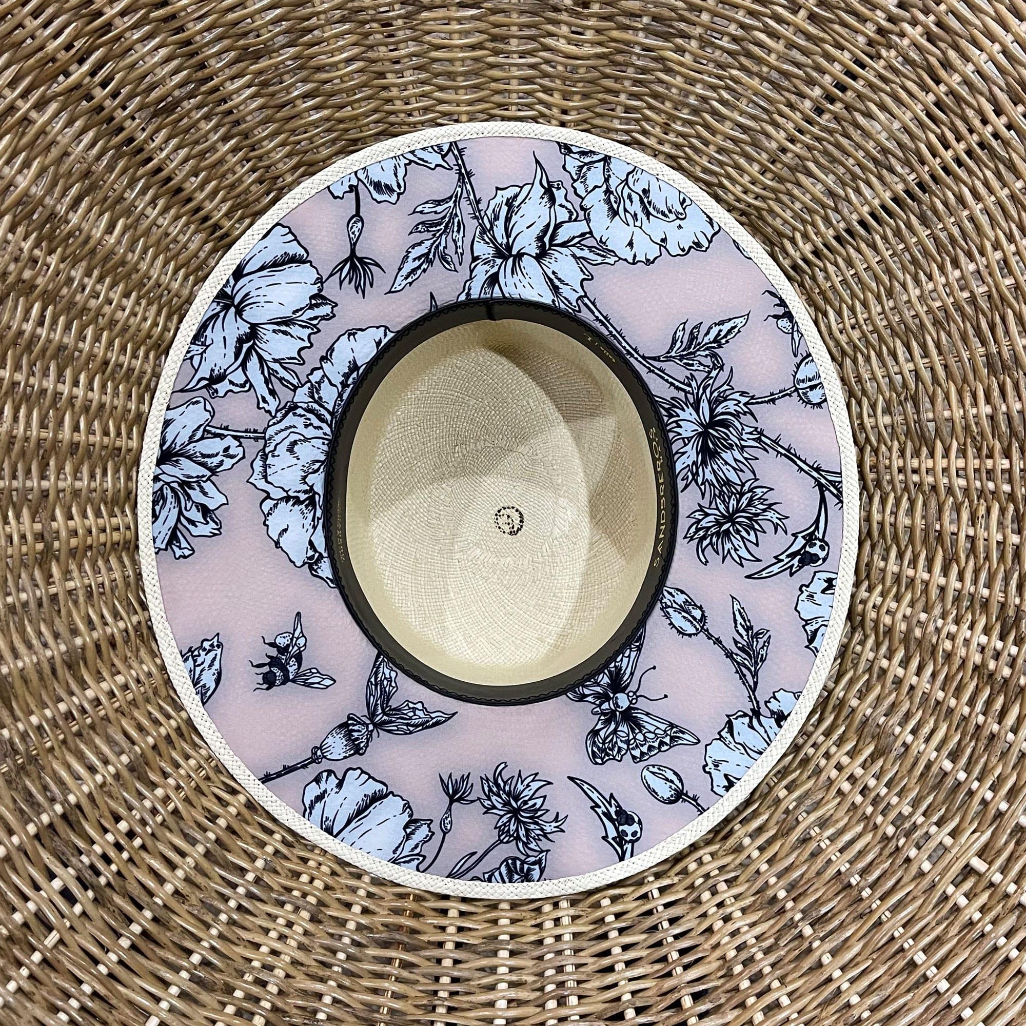 Cordobes clásico con tela debajo del ala con flores color nude de paja natural extrafina